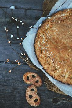 Мясной пирог с кунжутом.