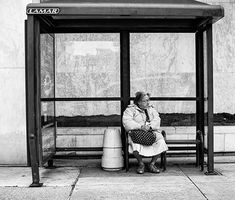 Scenes at the Bus Stop - Street Photography by Ali Waxman - The Photo Argus - - Scenes at the Bus Stop – Street Photography by Ali Waxman – The Photo Argus Waiting Szenen an der Bushaltestelle – Straßenfotografie von Ali Waxman – The Photo Argus Photography Series, Documentary Photography, Urban Photography, Photography Poses, Street Photography People, London Street Photography, Bus Stop, Photojournalism, Inspiration