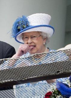 """England: 4. Juni 2016 Die Queen knabbert beim Besuch des """"Epsom Derby Festivals"""" nervös an ihrem Daumen. Verliert ihr Pferd etwa?"""
