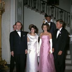 President John F. Kennedy Attends Dinner for Minister of State for Cultural Affairs of France, André Malraux - John F. Estilo Jackie Kennedy, Les Kennedy, Jacqueline Kennedy Onassis, American First Ladies, American Presidents, Bridesmaid Dresses, Wedding Dresses, Classic Outfits, Amazing Women