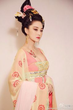 Ancient Chinese fashion and modern dress. Fan Bing Bing as Tang Dynasty Empress Wu Zetian Hanfu, Cheongsam, Traditional Fashion, Traditional Dresses, Traditional Chinese, Asian Style, Chinese Style, Asian Woman, Asian Girl