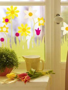 Selbst wenn es draußen kalt und grau sein sollte, mit ein wenig bunter Fensterdeko zu Ostern können Sie den Ausblick trotzdem genießen.
