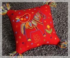 Broderi Liten lantlivskudde Shabby Chic Embroidery, Wool Embroidery, Embroidery Needles, Wool Applique, Embroidery Patterns, Machine Embroidery, Scandinavian Embroidery, Wool Art, Sewing Art