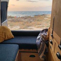 Afbeelding kan het volgende bevatten: oceaan en lucht Camper, Sofa, Furniture, Home Decor, Homemade Home Decor, Caravan, Camper Van, Settee, Airstream Trailers
