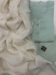 Neuheiten in Salwars VIKA Boutique Indian dresses! Simple Pakistani Dresses, Pakistani Fashion Casual, Indian Gowns Dresses, Pakistani Dress Design, Indian Fashion, Salwar Suits Simple, Punjabi Suits Designer Boutique, Designer Punjabi Suits, Indian Designer Wear