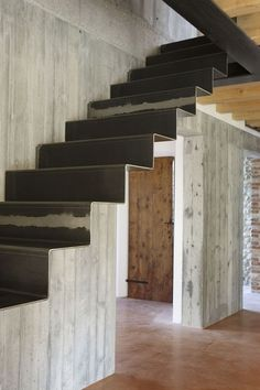 DIY Staircase Design Ideas - - 4 Times The Stair Decoration Would Make You Feel Amazed - Trend Crafts. Staircase Makeover, Staircase Railings, Staircase Design, Stairways, Staircase Ideas, Stairs Architecture, Architecture Design, Stairs To Heaven, Escalier Design