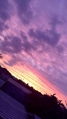 Sunset on the roof top Pretty Sky, Beautiful Sunset, Beautiful Places, Wallpeper Tumblr, Sky Aesthetic, Pink Sky, Pink Purple, Sunset Sky, Sky And Clouds