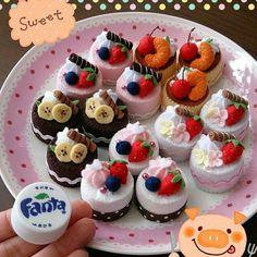 Felt cake from plastik bottlecap Felt Food Patterns, Felt Kids, Felt Cupcakes, Felt Play Food, Pretend Food, Clay Food, Fake Food, Food Crafts, Miniature Food