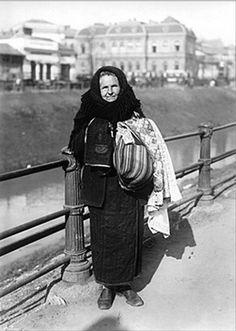 Taranca din Campulung cu tesaturi de vanzare — in Bucureşti. Romanian Women, City People, Photos, Goth, Memories, Costumes, Black And White, Country, Post Card