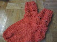 Monet henkilöt, jotka eivät ole Facebookissa (FB), ovat sitä mieltä, että kyseinen sosiaalinen media ei ole hyväksi. Olen viime aikoina tode... Knitting Socks, Knit Socks, Fingerless Gloves, Arm Warmers, Martini, Mittens, Sosiaalinen Media, Knit Crochet, Monet