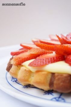 strawberry vanillapudding with black and white biskuit cake