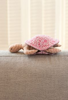 DIY Peekaboo Turtle with Free Template | Enjoy watching these adorable fabric turtles. Best for holiday gifts and babyshower gifts.