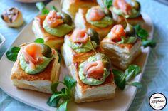 Aperitive cu crema de avocado si somon afumat Bruschetta, Sushi, Avocado, Ethnic Recipes, Lawyer, Sushi Rolls