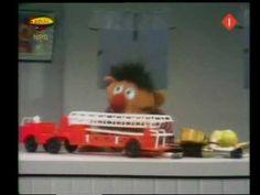 * ▶ FILMPJE: Bert  Ernie - Ernie verdeelt zijn speelgoed in groepen