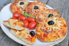 Mini pizza cu legume si branza reteta simpla de pizzette. Cum se fac mini pizze? Pizza in miniatura pentru copii sau gustarile adultilor (do it yourself pizza). Pizza vegetariana. Reteta de mini pizza cu legume (ciuperci, ceapa, porumb etc), branzeturi, sunca, salam sau orice alt topping. Gustare calda Catsup, Ketchup, Vegetable Pizza, Quiche, Sushi, French Toast, Miniature, Vegetables, Breakfast
