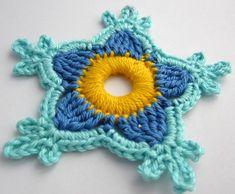 Die erste gehäkelte Paradiesblume mit blauem Garn -  first crocheted paradise flower made with blue yarn.