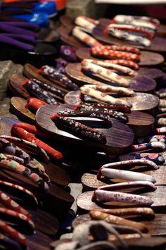 Japanese clogs, Geta 下駄 (I want a pair of these! Japanese House, Japanese Style, Japanese Art, Kimono Japan, Japanese Kimono, Pretty Things, All About Japan, Samurai Champloo, Memoirs Of A Geisha