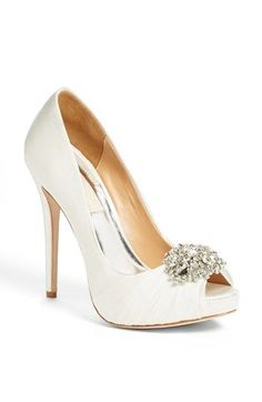 Hermosos zapatos para novias de Badgley Mischka con detalle de brillantes. No te pierdas esta colección de zapatos para ir de boda!