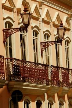 O edifício conhecido como Solar da Marquesa de Santos foi construído em taipa de pilão e, hoje, é uma das poucas construções coloniais remanescentes no centro de São Paulo. Não há dados precisos sobre a data da obra, que, no correr dos anos, sofreu várias intervenções e reformas. A marquesa Maria Domitila de Castro Canto e Melo - a mais famosa amante de D. Pedro I - adquiriu o sobrado em 1834 e ali viveu por mais de 30 anos. A construção, que atualmente pertence à prefeitura paulistana…