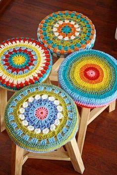 no pattern -- cute idea Love Crochet, Crochet Motif, Crochet Doilies, Crochet Yarn, Crochet Patterns, Crochet Home Decor, Crochet Crafts, Yarn Crafts, Crochet Projects