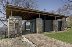 Antigua granja en la República Checa reconvertida para casa-estudio.
