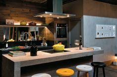 12 cozinhas ousadas com geladeiras coloridas, móveis de design, painéis inusitados, papel de parede, luminárias que parecem escultura.