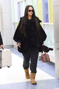 And on Friday, Rihanna touched down at JFK, clad in relaxing lounge-wear. Rihanna Street Style, Mode Rihanna, Rihanna Fenty, Fall Outfits, Casual Outfits, Cute Outfits, Looks Rihanna, Look Fashion, Fashion Outfits