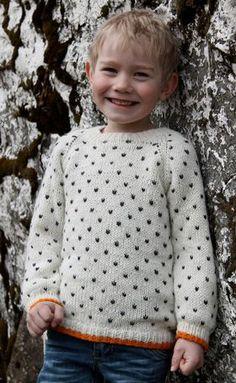 Den klassiske børnesweater med lusemønster har moderne, orange kanter forneden