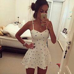 vestido branco de bolinha preta