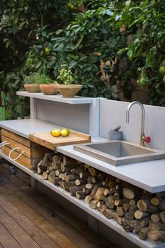 Ideen zum Kochen im Freien - auf der Terrasse oder im Garten Idées pour cuisine extérieure évier avec bûches au-dessous, Outdoor Kitchen Sink, Outdoor Sinks, Backyard Kitchen, Outdoor Kitchen Design, Simple Outdoor Kitchen, Small Outdoor Kitchens, Outdoor Showers, Basic Kitchen, Kitchen On A Budget