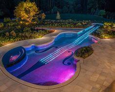 Piscina con forma de guitarra o violín