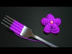 Easy flower embroidery trick with a fork - Hand embroidery Hand Embroidery Flowers, Baby Embroidery, Craft Work, Crochet Flowers, Fork, Free Pattern, Make It Yourself, Knitting, Easy