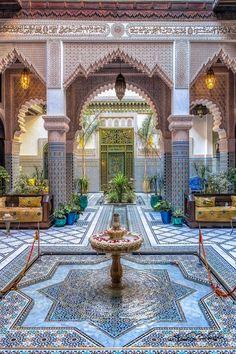 A Moroccan living room between tradition and modernity. Morrocan Architecture, Islamic Architecture, Beautiful Architecture, Art And Architecture, Moroccan Design, Moroccan Decor, Casa Steampunk, Design Marocain, Moroccan Garden