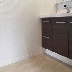 女性で、4LDKのクロス/アクセント壁紙/壁紙/照明/洗面所/洗面室…などについてのインテリア実例を紹介。「テラコッタホワイトCF×少し光沢のあるタイル調クロスがいい感じデス☆少し狭めの洗面は特に、清潔感のある広く見えるクロスはやはり白に間違いナイですね(゚ー゚)(。_。)ウンウン」(この写真は 2016-09-05 12:28:20 に共有されました)