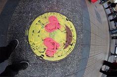 """Dos estudiantes de diseño, ilmato & limes, comenzaron a pintar emociones en las tapas de los alcantarillados de Santiago con el apodo de """"Emme's"""". La i"""