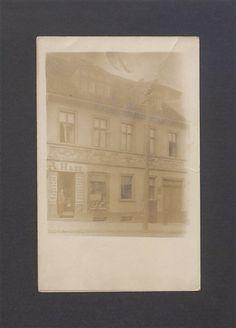 Fotografia z 1910 r., autor nieznany. Niewyraźna postać to Albin Hass w drzwiach swojego sklepu, w kamienicy nr 4 przy ul. Tumskiej w Gnieźnie. Sklep, jak wynika z szyldu, sprzedawał towary kolonialne, ale także – wyroby tytoniowe oraz popularną przyprawę Maggi. Z prawej strony, na piętrze sąsiedniego domu (Tumska 5), znajduje się słabo widoczny szyld zakładu fotograficznego Ludwiki Mąke, mieszczącego się tutaj w latach 1899-1917. Frame, Home Decor, Fotografia, Homemade Home Decor, Interior Design, Frames, Home Interiors, Decoration Home, Home Decoration