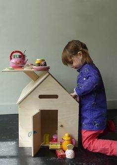 Dollhouse from Edwin Pelser Webshop. Roof folds up to be a table, supported by chimney. I like mail slot over door and rope door handle that loops over knob next to door. Diy Playhouse, Wooden Playhouse, Kids Inspire, Little Doll, Kids Corner, Wood Toys, Kid Spaces, Play Houses, Kids Furniture