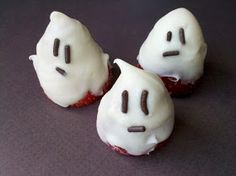 Muffin Tin Mom: Chocolate Covered Ghost Strawberries- cute little snack to put in their lunch box on Halloween.