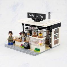 This sidewalk coffee stand by Lego 7 is a perfect blend. Lego Modular, Lego Design, Modular Design, Legos, Lego Lego, Lego Moc, Lego Batman, Lego Furniture, Minecraft Furniture