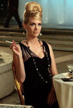 Não gosto das unhas grandes da Betty Draper, mas adoro vê-la juntar os dedos ao segurar o cigarro, como se precisasse fazer isso para poder pensar.