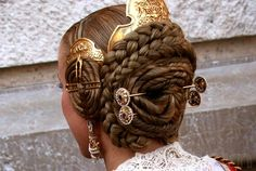 The full set of fallera valenciana includes a large comb and two small brass pushed aside assorted combs, pins to secure the braided hair of macaroons and two double ended rods decorated with rhinestones that slide across the bun. Dress Dior, Hair Reference, Tips Belleza, Hair Ornaments, Headdress, Braided Hairstyles, Fantasy Hairstyles, Wedding Hairstyles, Updo Hairstyle