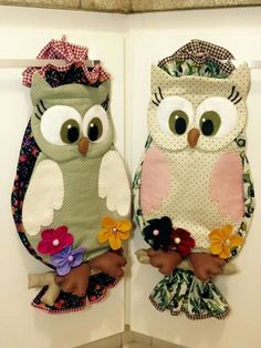 Coruja                                                                                                                                                     Mais Quilting Projects, Quilting Designs, Sewing Projects, Owl Patterns, Quilt Patterns, Owl Crafts, Diy And Crafts, Plastic Bag Holders, Table Runner And Placemats