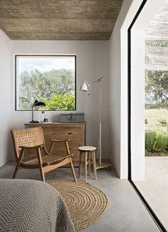 <p>Le bassin encastré dans un mur, est orienté vers la maison pour ne pas parasiter le paysage agricole et créer une homogénéité entre la nature et...