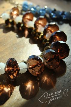 Collana realizzata a mano. Coralli color ambra e bianchi. Handmade necklace - white, amber color