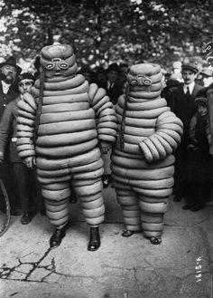 Fête sportive à la commune libre de Montmartre, avec les deux bibendum (Source Bnf), 1922.