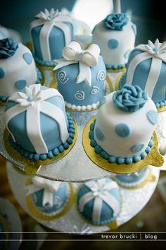 Adorable Mini Wedding Cakes Blue and white Pretty Cakes, Cute Cakes, Beautiful Cakes, Amazing Cakes, Mini Wedding Cakes, Wedding Cupcakes, Deco Cupcake, Cupcake Cakes, Royal Cupcakes
