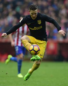 Atletico Madrid's French forward Kevin Gameiro controls the ball during the Spanish league football match Real Sporting de Gijon vs Club Atletico de Madrid at El Molinon stadium in Gijon on February 18, 2017. / AFP / MIGUEL RIOPA