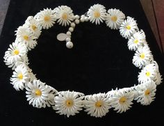 """DAISY Flower Necklace --Adjusts to 21""""--3 Dimensional Plastic-1950's....(E230"""