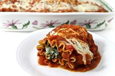 These lasagna roll-ups are so delicious! They're such a cinch to make since they start with a jarred sauce. The whole grain lasagna noodles taste great and add fiber. Each lasagna roll-up has 220 calories, 5 grams of fat and 6 Weight Watchers P Skinny Recipes, Ww Recipes, Light Recipes, Pasta Recipes, Vegetarian Recipes, Cooking Recipes, Healthy Recipes, Skinny Meals, Cleaning Recipes