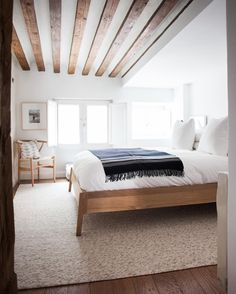 Splendid Minimalist bedroom with modern wood beam ceiling. home decor. interior decorating The post Minimalist bedroom with modern wood beam ceiling. home decor. interior d . Modern Minimalist Bedroom, Modern Master Bedroom, Minimalist Home Decor, Master Bedroom Design, Minimalist Apartment, Bedroom Designs, Narrow Bedroom, Bedroom Simple, Minimalist Interior